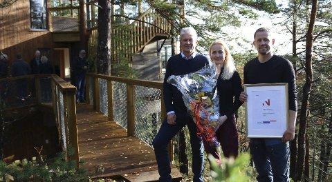 Prisvinnere: Leder for Innovasjon Norge, Sveinung Hovstad , hadde aldri vært så langt inni Gjerstadskogen før, men syns det var vel verdt turen. Onsdag hedret han Åse Kristine Mæsel Trydal og Jens Trydal for deres innsats med Trehyttene med prisen «Årets bedriftsutvikling i landbruket»Foto: MS