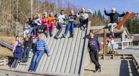 Fornøyde: Syvendeklassingene ved Fiane skole i Gjerstad er godt fornøyde med tredjeplassen i kunnskapskonkurransen «Vis med avis».