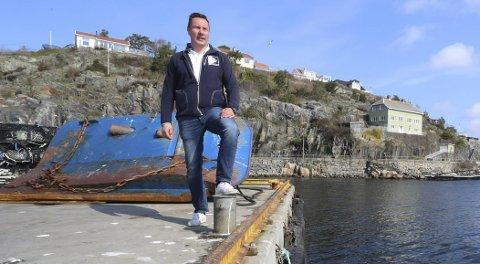 Plass i sikte: Jim Berg driver Risør fiskemottak og ser nå løsninga på problemene med liten kaiplass for fiskeflåten.foto: Stig Sandmo