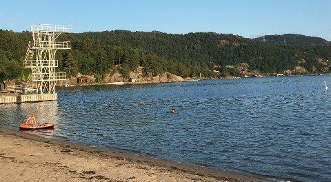 BADING: Tirsdag kveld var det fortsatt noen som tok seg et bad på Grønnes i Flekkefjord. Temperaturen i sjøen lå på over 18 grader, mente de badende.