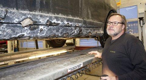 Salting: Willy Vindvik Hanssen har jobbet i NAF siden 1980, og har dermed fått sett utviklingen. – Særlig de to siste årene har det vært mye saltskader, sier han.Foto: Jan Roger Olsen