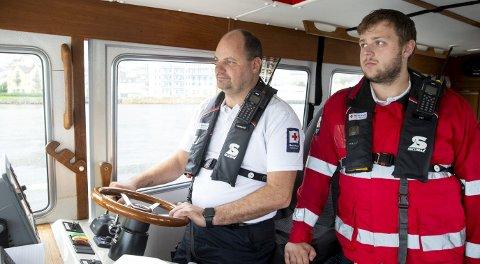 De frivillige: Både Terje Håvik og Andreas Lien Aldeholm, begge er med på Røde Kors' redningsbåt, forteller om en travel sommer og travle tider med mange aksjoner. De ønsker flere med på laget: – Det er virkelig et behov for flere. Grunner til å være med er samholdet oss imellom, for Røde Kors er som en familie, men også fordi man hjelper folk i nød, sier Håvik.FOTO: ANDERS KJØLEN