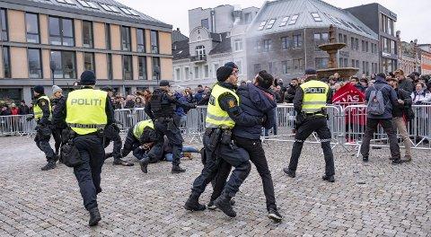 Organisasjonen SIAN brente en koran under en demonstrasjon i Kristiansand for to uker siden. Det førte til basketak mellom demonstranter og politi – Det er nå vi muslimer må bevise at islam er en fredelig religion. Vi må oppføre oss med respekt, og ikke spre hat, skriver innleggsforfatteren. FOTO: NTB SCANPIX