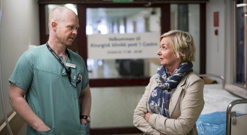 Samtalen der  Hege Hope fikk vite at mannen hennes var uhelbredelig kreftsyk, var for henne livsendrende, mens den for kirurg Kim Waardal er en del av jobben.