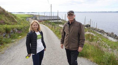 Ordførerkandidat for Miljøpartiet de Grønne på Askøy Hege Torghatten og Arvid Merkesvik, ved dagens kloakkslamanlegg.