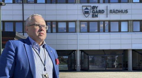 Tom Georg Indrevik er ordfører i Øygarden. Han er bekymret for at for mange unge er alene hjemme i Øygarden, mens foreldrene er på hytten.