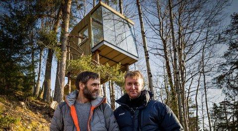 TRETOPPHYTTER: I 2017 lanserte Olav Aabrekk (t.v.) ideen sin om ei hytte i tretoppane på Engesetåsen til grunneigar Jan Roger Engeset. No planlegg dei si tredje.