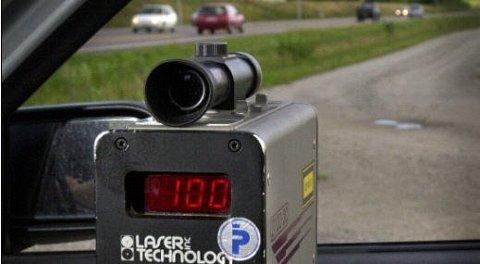 Gjennom kontrollvirksomheten sin tar politiet svært mange som bruker mobiltelefonen mens de kjører bil. Siden 2008 har det blitt nesten 200.000 forelegg for dette. Foto: Scanpix