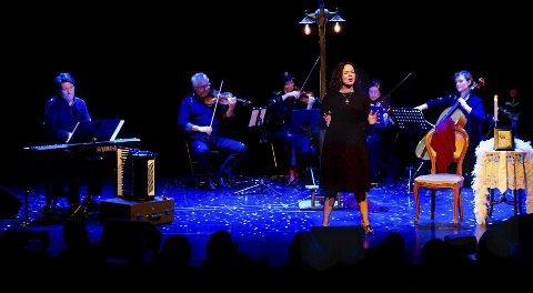 Inntar Oslo: Chat Noir er igjen stedet for Pernille Heckmanns tolkninger av Edith Piaf, i forestillingen «Jeg angrer ingenting».