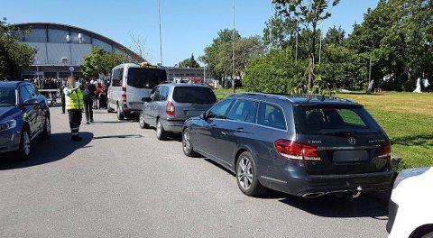 FIKK BOT: Flere bileiere møtte gule lapper i frontrutene da de kom ut fra Kongstenhallen etter å ha feiret id fredag formiddag.