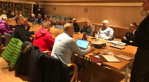DET FØRSTE MØTE: Representantene fra de fleste fotballklubbene i distriktet var tirsdag samlet på Gresviks klubbhus i Trondalen