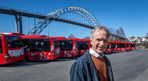 H-gruppeleder Truls Velgaard fotografert foran bussoppstillingsplassen som partiet ville bruke til bobilparkering. Nå er det klart at dette vil det ikke bli noe av.