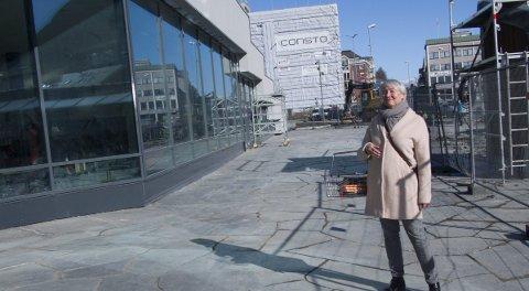 Endelig: Kirsten Skjevik kopierer gjerne poseringen fra 2013. Opp gjennom årene har hun sett flere planer for et nytt bibliotek i Narvik; planer som ikke har blitt realisert. I dag er det lett for Kirsten Skjevik å glemme de skuffelser dette må ha ført til.foto: jan erik teigen