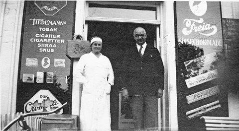 Ekteparet Lagertha og Wilhelm Skovdahl foran forretningen.