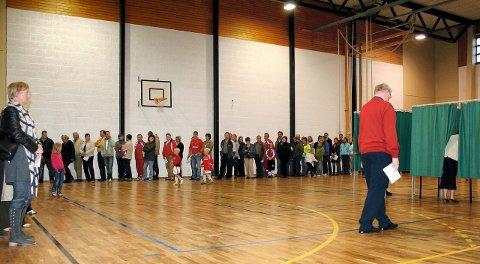 Kø: Under valget i 2005 ble det kø av folk i Holthallen i Kongsvinger. Det skyldtes ikke stor valgdeltakelse, men praktis    ke problemer med valgavviklingen.foto: lise lund