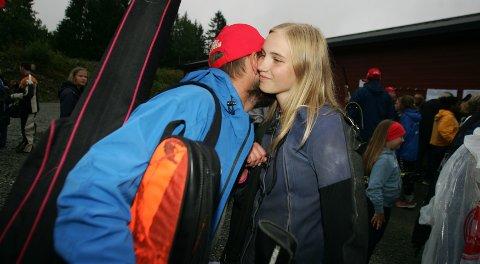 GRATULERTE: Pappa Hans Olav gratulerer her Oda Flikkerud med imponerende skyting i feltfinalen for eldre rekrutter.