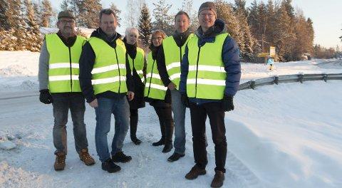 OPPGITT: Dette krysset i Skotterud sentrum er en av flaskehalsene som må utbedres for at trelastbedriften Eidskog-Stangeskovene kan få benytte lengre vogntog enn i dag. Gjermund Fjeldskogen (fra venstre), leder i Eidskog Fremskrittsparti, Per Morten Wangen, direktør i Eidskog-Stangeskovene, Heidi Finstad, direktør i Treindustrien, Berit Haveråen (Ap), varaordfører i Eidskog, Jerry Nilsson, tillitsvalgt for de ansatte og stortingsrepresentant Tor André Johnsen (Frp) vil ha fortgang i prosessen.
