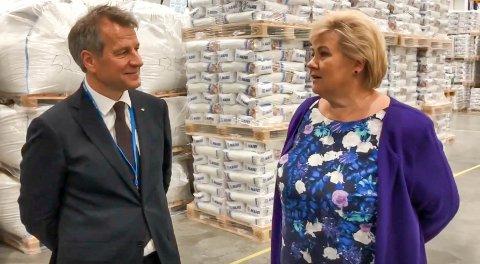 GOD STEMNING HOS MAPEI: Administrerende direktør Trond Hagerud tok med statsminister Erna Solberg på en omvisning.