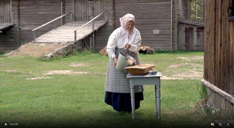 KJERNING AV SMØR: Birgitta Andreassen er skuespilleren som viser hvordan smørkjerning gjøres. Filmen «Back to Basic: How to make butter»er nå i finalen i den internasjonale filmkonkurransen «Museums in short».