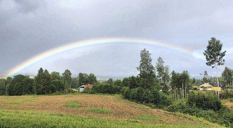 FARGERIK: En vakker regnbue over Skotterud. Foto: Anita Børrud.