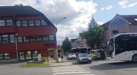 Politiet måtte håndtere en busspassasjer i Lillehammer tirsdag ettermiddag. Hendelsen skjedde like utenfor politistasjonen.