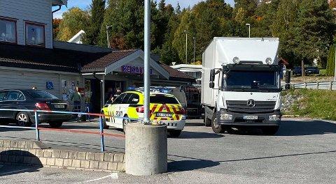 INNESTENGT: Butikktyven kom seg ingen steder da lastebilen parkerte bak ham.