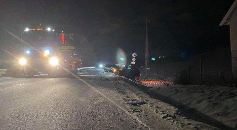 UHELDIG: Etter å ha truffet autovernet endte bilen i grøfta på motsatt side av vegen.