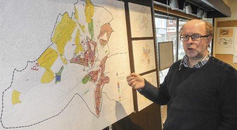 Mye Info: Spesialrådgiver Espen Sørås har gitt mye informasjon. Her viser han fram et kart over vernevurdering bebyggelse.