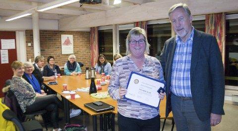 MEDALJE: President Odd Henning Johannessen i Karmøy Rotaryklubb overrakte utmerkelsen Paul Harris Fellow til Anne Ferkingstad.