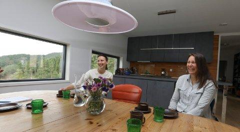 Tysvær 2108 2019 Flyttet fra Bergen  og bygget hus Hinderåvegen i Nedstrand:Fra v Datter Ona Flindall og mor Åse Hovda Flindall