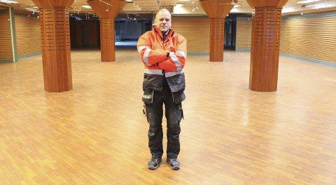 Tomt: Tore Larsens vaktmester i Domusbygget, Oskar Arne Johansen, viser fram byggets andre etasje. Foto: Jon Steinar Linga
