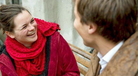 Ta kontakt: Røde Kors oppfordrer deg til å bry deg litt ekstra i påska. Inviter en venn med på tur i nærmiljøet – om været tillater, ta en kaffe på en benk i sola! Foto: Olav Saltbones/Røde Kors