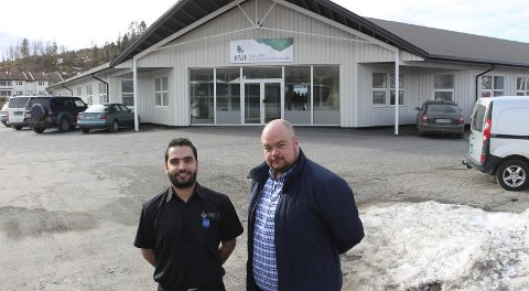 Kafe og butikk: Adem Teker (til venstre) og Marvin Michaelsen gir Leirfjordingene nye tilbud i Norlandssenteret på Leland fra sommeren av. Foto: Rune Pedersen