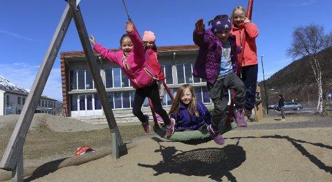 LEKER: Ingrid (7), Keilin (6), Natalie (6), Sunniva (6), Linnea (6) lekte i godværet. Foto: amalie Myran