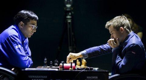 EFFEKT: Her er Magnus Carlsen  i dyp konsentrasjon i kamp mot Viswanathan Anand i VM. Det er Carlsen-effekt over hele landet.