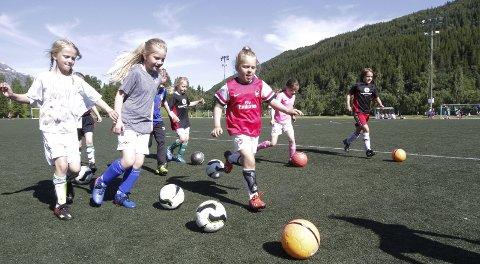 FULLFART: I fjor var det nydelig vær og mange glade unger på Helgelendingen fotballskole.
