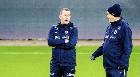 SAMMEN: Landslagssjef Lars Lagerbäck sammen med assistenttrener Per Joar Hansen under treningen på Ullevaal Stadion med landslaget i fotball.