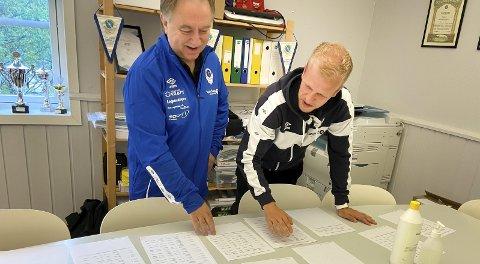 SKJEMA: Snorre Nicolaisen og Markus Brandth (t.h) sorterer påmeldingslister. Foto: Per Vikan