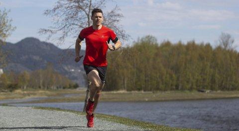 NESTEN: Sebastian Conrad Håkansson er en meget god løper. På maratondistansen i Tromsø i helga slo han til i dærlig vær og vind.