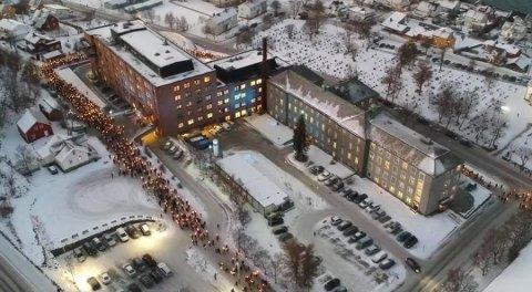 SLÅR RING OM SYKEHUSET: Bildet ble tatt under fakkeltogaksjonen for sykehuset i desember i fjor