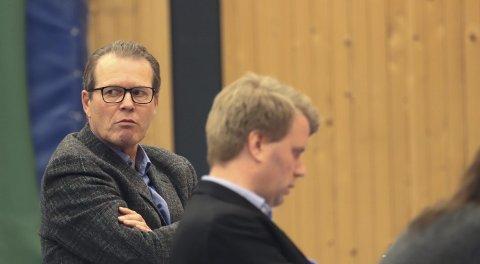 Kommunestyret Holmestrand, budsjettmøte: Det ble et meget langt møte, og til slutt ble det klart at opposisjonen, her ved Alf Johan Svele og Aleksander Leet, måtte innse at det blir eiendomsskatt i Holmestrand.foto: jarl Rehn-Erichsen