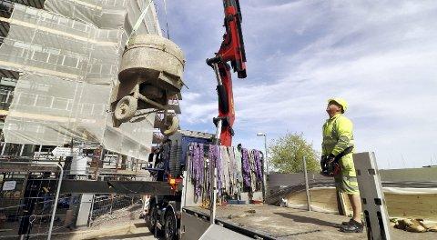 Løfter utstyret på plass: En blandemaskin ankommer for å bedrer kapasiteten for murerne i Kvartal 11. Foto: Pål Nordby
