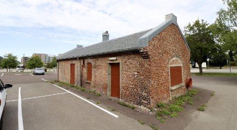 Smia: På verkstedtomta. Bygningen på cirka 50 kvadratmeter trenger oppussing før den kan tas i bruk til ulike aktivitetsformål. Foto: Pål Nordby