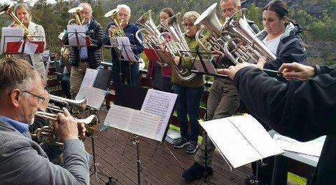 Høyåker Musikkorps blei til då Høylandsbygd Musikkorps og Utåker Musikklag slo seg saman. I november held dei spesielle konsertar med Blues Brothers som tema. (Foto: Privat).