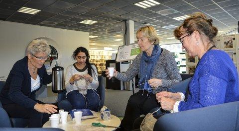 SAMVÆR: Clara Sinclair (t.v.) Nithya Athmanathan, Randi Thobiassen og Rigmor Råen møtes over strikketøyet på biblioteket på tirsdager.