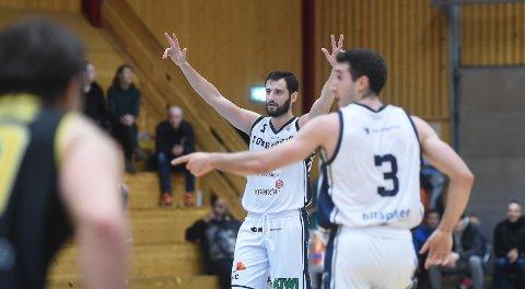 AVGJORT: Ognjen Nisavic strekker armene i været og signaliserer seier i toppkampen mot Asker Aliens. ALLE FOTO: OLE JOHN HOSTVEDT