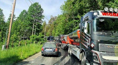 TÅLMODIGHETSPRØVE: I halvannen time satt Morgan Langfeldt og flere andre bilister og ventet på å få passere.