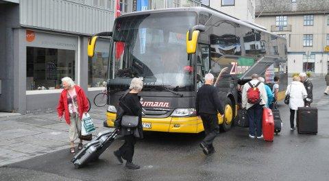 Ulike grupper: Noen kommer med buss, andre sykler. Turistmassen inn til Lofoten er mangslungen og slettes ikke alle turistene skal ut i lofotnaturen. Arkivfoto