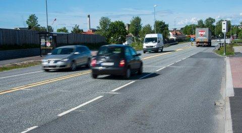 KJØRER FOR FORT: I en fersk undersøkelse fra Trygg Trafikk kommer det fram at åtte av ti ofte har brutt fartsgrensen i 80-sonen på landeveier, og at nesten halvparten av norske bilister råkjører i tettbygde strøk.