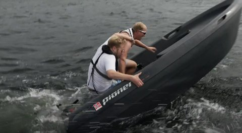 VÅT AFFÆRE: Jon Martin Henriksen og Erik Follestad ble våte da de skulle på båttur utenfor Moss.